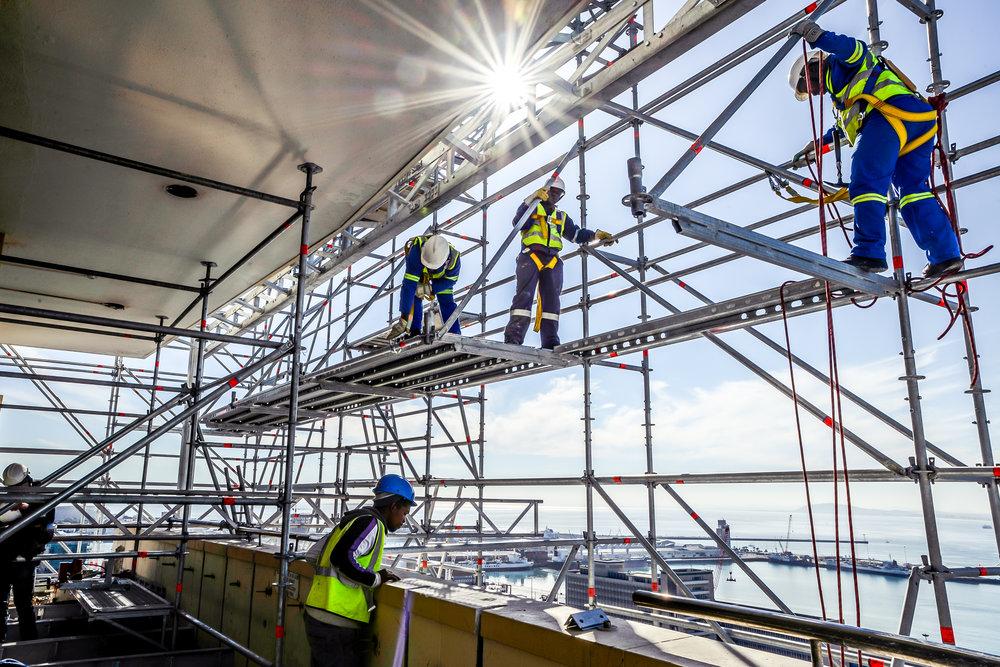 εργάτες πάνω σε σκαλωσιά αλουμινίου